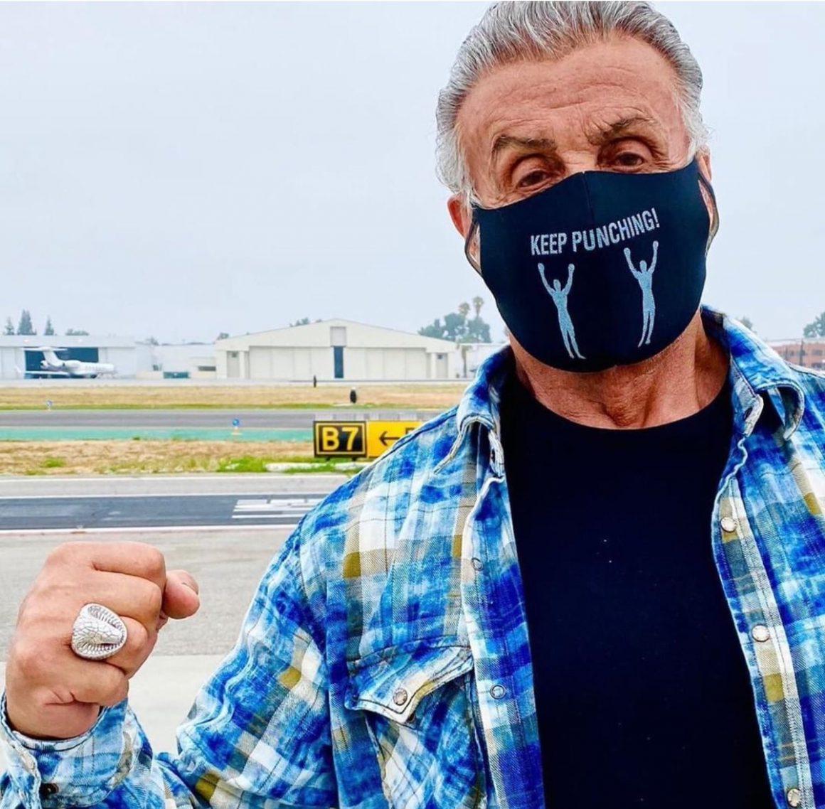 Sylvester Stallone porte son masque covid «keep punching» pour l'anniversaire de sa fille