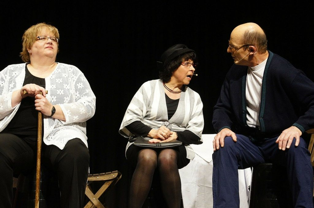 Acteurs sur scène de théâtre