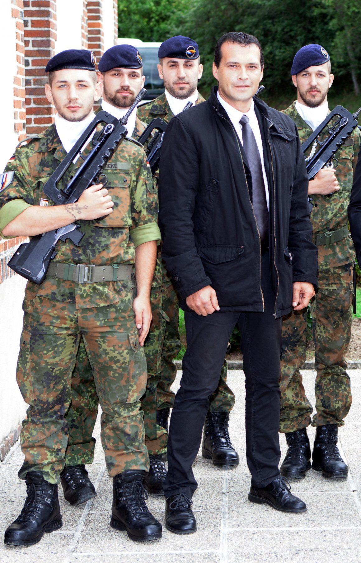 Martial Mutte specialiste en securite pose avec des Militaires